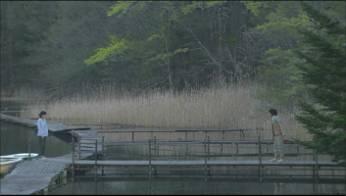 それでも生きていく瑛太満島ひかり池の畔.jpg